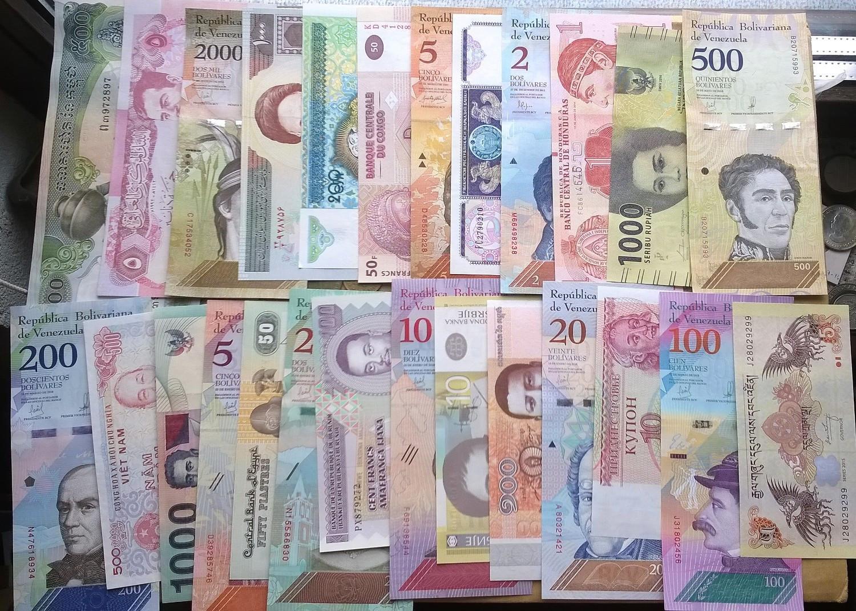 40 Vnt. Skirtingu banknotu ,visi UNC